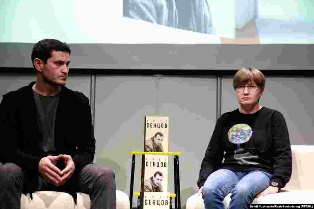 Ahtem Seitablayev ve Sentsovnıñ qız qardaşı Natalya Kaplan «Oleg Sentsov» kitabınıñ taqdim merasiminde. Kitap 2016 senesi dünya yüzüni kördi. O, Sentsovnı yahşı tanığan insanlarnıñ hatıraları, kitaplarınıñ parçaları ve film stsenariylerinden ibaret, em de dava şaatlarınıñ sorğu protokolları qoşuldı. Kitapta ev arhivinden ve mahkeme salonından çoq fotoresim bar. «Qırım evi», Kyiv, 2017 senesi oktâbrniñ 27-si