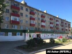 Пятиэтажный жилой дом по улице Некрасова, 79, где жили предполагаемые участники вооруженных нападений 5 июня. Актобе, 12 июня 2016 года.