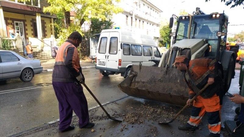 В Севастополе расчищают дороги после непогоды (+фото)