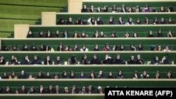 İran parlamentində çıxışları dinləyən tələbə qızlar