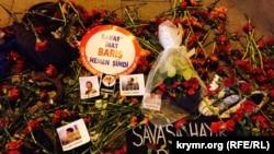 Цветы на месте взрывов в Анкаре.