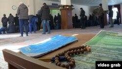 Верующие в мечети Бишкека.