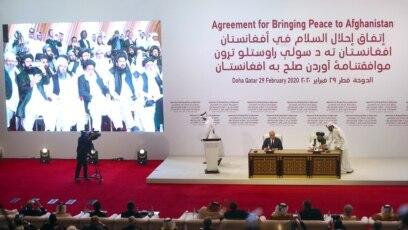 Mullah Abdul Ghani Baradar, vođa talibanske delegacije, na ceremoniji potpisivanja sporazuma između pripadnika afganistanskih talibana i američkih snaga u Dohi, Katar, potpisuje sporazum sa Zalmay Khalilzadom, američkim izaslanikom za mir u Afganistanu, 29 februar 2020.