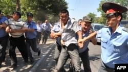 Кыргызская полиция задерживает участников акции протеста оппозиции против итогов выборов президента республики. Бишкек, 29 июля 2009 года.
