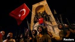 Силы безопасности Турции на площади «Таксим». Стамбул, 16 июля 2016 года.