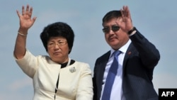 Akmatbek Keldibekov (right, with ex-President Roza Otunbaeva) is accused of having met a number of times with a reputed crime boss.
