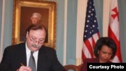 Министр иностранных дел Грузии Григол Вашадзе и госсекретарь Кондолиза Райс подписывают Хартию грузино-американского сотрудничества