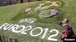 Украинадағы Еуропа чемпионатының логотипі бейнеленген гүлзар. Киев, 8 маусым 2012 жыл. (Көрнекі сурет).