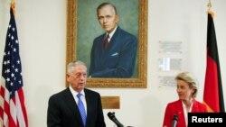 Министр обороны США Джим Мэттис и министр обороны ФРГ Урсула фон Дер Лейен в Центре Маршалла в Гармиш-Партенкирхене, 28 июня 2017 года
