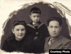Марат Баскін з маці і бацькам