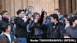 Толпу подростков подогревали выступающие, по очереди передававшие друг другу ручной мегафон