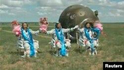 """Экипаж """"Шэньчжоу-10"""", приземлившегося на севере Китая"""