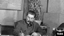 1953-чу шарахь Зазадоккху-беттан 5-чу дийнахь велира Советан Пачхьалкхана 30 шарахь куьйгалла деш хилла Сталин Иосиф.