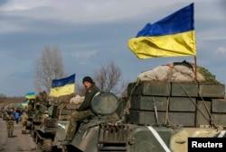 Українські військові відводять важке озброєння. Селище Благодатне, Донецька область, 27 лютого 2015 року