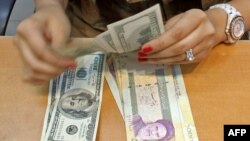 Iran -- A currency exchange dealer counts US dollar banknotes at a shop in a shopping center in Tehran, 05Oct2010