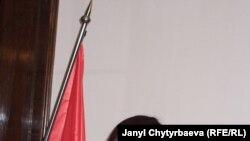 Журналист жана музыка өнөрпозу Карамат Токтобаева ооз комузда ойноп жаткан кез. Прага, 2008-жылдын 25-марты. JCh.