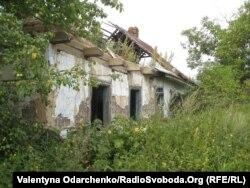 Будинок на хуторі Яблунівка, де переховували єврейську дівчинку Олену Швом, 9 листопада 2011 року