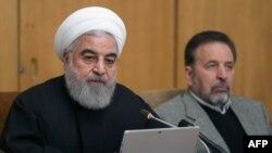رئیسجمهوری ایران (چپ) معترضان را «آشوبطلبان شرور» معرفی کرده که به گفته وی «شمارشان اندک بود».