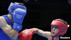 Ўзбекистонлик боксчи Жасурбек Латипов (ўнгда) 3 августдаги жангда ғолиб бўлди.