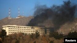 Дым из гостиницы «Интерконтиненталь» после нападения боевиков. Фото сделано 21 января 2018 года.