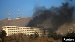 Дым над отелем Intercontinental в Кабуле, 21 января 2018 года