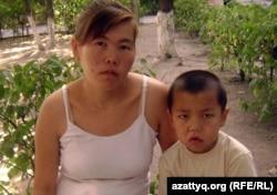 Роза Құсайынова, бірінші сыныпқа баратын баласымен бірге. Алматы обылысы, Ұзынағаш, 21 тамыз 2012 жыл.