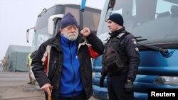 Мъж слиза от автобус на проруските сепаратисти преди да бъде предаден на украинските власти
