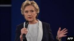 Хиллари Клинтон во время вторых президентских дебатов в Сент-Луисе, штат Миссури, 9 октября 2016 года