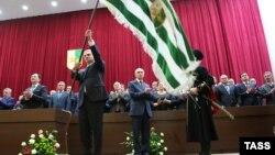 Новая власть в Абхазии обещала три месяца назад быть властью для всех, не обращать внимания на политические пристрастия, а ставить во главу угла профессиональный уровень кадров, но слово свое не сдержала...
