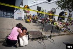 Возле церкви в Чарльстоне, где Дилан Руф убил 9 афроамериканцев