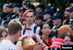 Учасники «Маршу рівності» на підтримку ЛГБТ-спільноти «ХраківПрайд» під охороною поліції на площі Свободи у Харкові, 15 вересня 2019 року