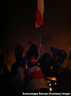 Флаг белорусской оппозиции на украинских баррикадах