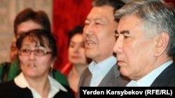 Жармахан Туякбай (справа), лидер партии ОСДП. Алматы, 20 марта 2013 года.