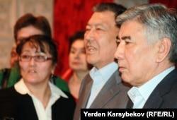 ЖСДП төрағасы Жармахан Тұяқбай (оң жақтан бірінші) және ЖСДП президиум мүшесі Балташ Тұрсымбаев (оң жақтан екінші). (Көрнекі сурет)