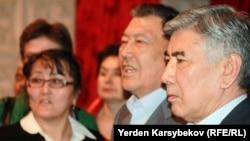 Жармахан Туякбай (справа), председатель ОСДП, в окружении сторонников. Алматы, март 2013 года.