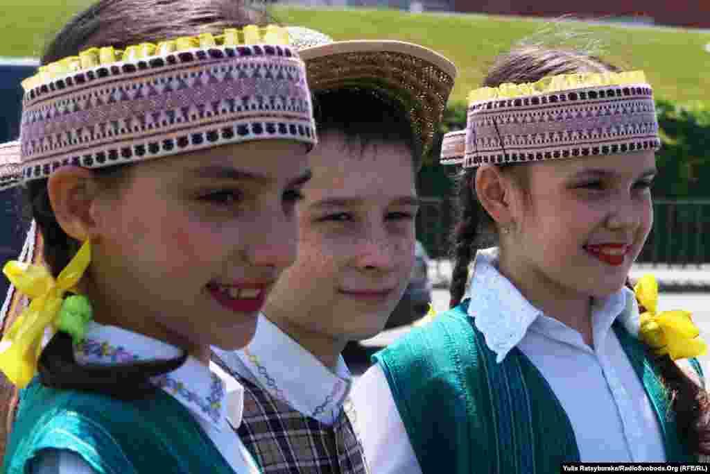 Для гостей співають і танцюють дитячі творчі колективи з Литви