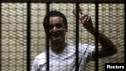 أحمد دومة أثناء محاكمته