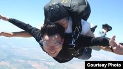 """Ирландиядагы """"Гугл"""" компаниясында иштеген кыргызстандык программист Тилек Мамутов парашют менен секирүү учурунда."""
