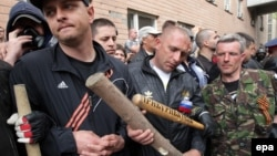 Вооруженные битами пророссийские активисты в Луганске