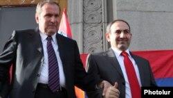 Levon Ter-Petrosyan (solda) və Nikol Paşinyan 2011-ci ildə Yerevanın Azadlıq meydanında