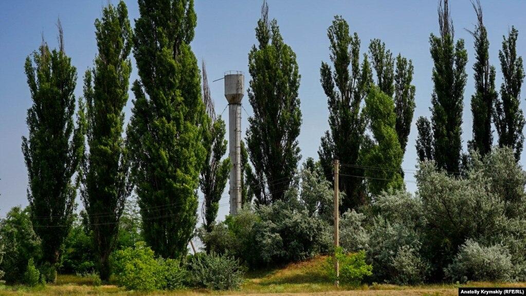 Пять водозаборов в Ишуни подсоеденены к сельскому водопроводу. Пару лет назад сельсовет передал их на баланс предприятия «Вода Крыма». Селяне стараются не использовать эту воду на полив – дорого
