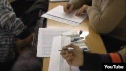 Кадр видеосъемки предположительной подделки подписных листов (по утверждению оппозиционеров - в поддержку Дмитрия Мезенцева) http://youtu.be/yZ9tTtVgRlU