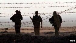 Тәжік-ауған шекарасын күзетіп тұрған ресейлік әскерилер. (Көрнекі сурет)