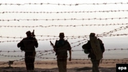 Орусиялык аскерлер Тажикстан-Ооганстан чек арасында күзөттө жүрүшөт. 25-сентябрь 2001.