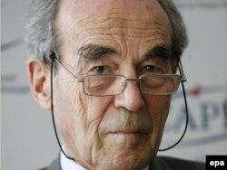 Robert Badinter la o conferință de presă la Paris