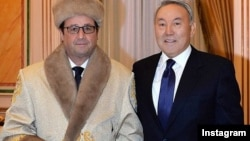 Президент Франции Франсуа Олланда в казахском национальном шапане с президентом Казахстана Нурсултаном Назарбаевым.