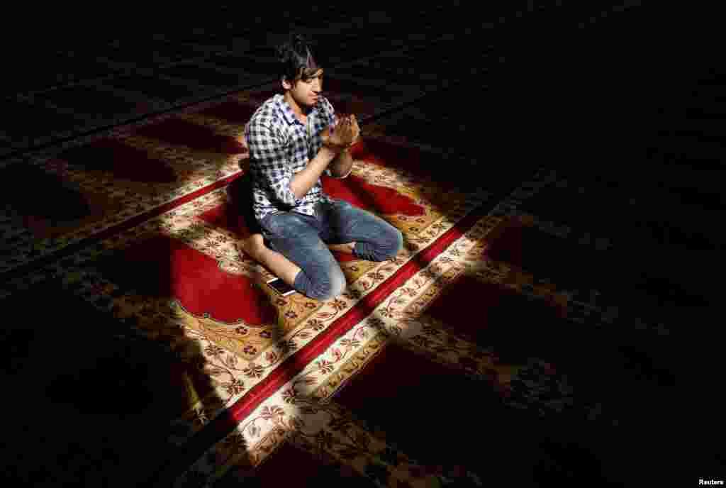 Афганец молится в мечети во время священного месяца Рамадан в Кабуле. (Reuters/Omar Sobhani)
