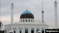 Крупнейшая в Узбекистане мечеть «Минор» лишилась половины своей голубой плитки - майолики. Ташкент, 18 октября 2015 года.