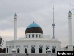 Крупнейшая в Узбекистане мечеть «Минор» лишилась половины своей голубой плитки – майолики в октябре 2015 года.