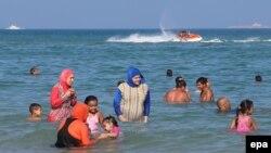 Femei îmbrăcate în burkini la Bizerte, Tunisia, 28 august 2016